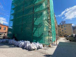 Строительные леса и фасадная сетка для реконструкции фасада жилых домов
