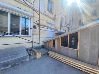 Строительные леса и фасадная сетка для работ по реставрации фасадов жилых домов